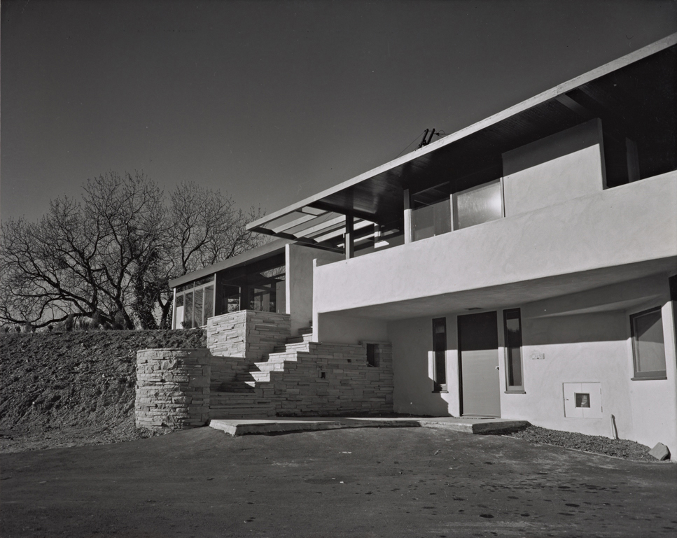 Rudolph Schindler, with whom Shulman closely collaborated for many years, built the Gold House in Studio City in 1945. Shulman did not shy away from revealing the realistic aspects of architecture (unfinished or bare landscaping; the imperfect driveway),
