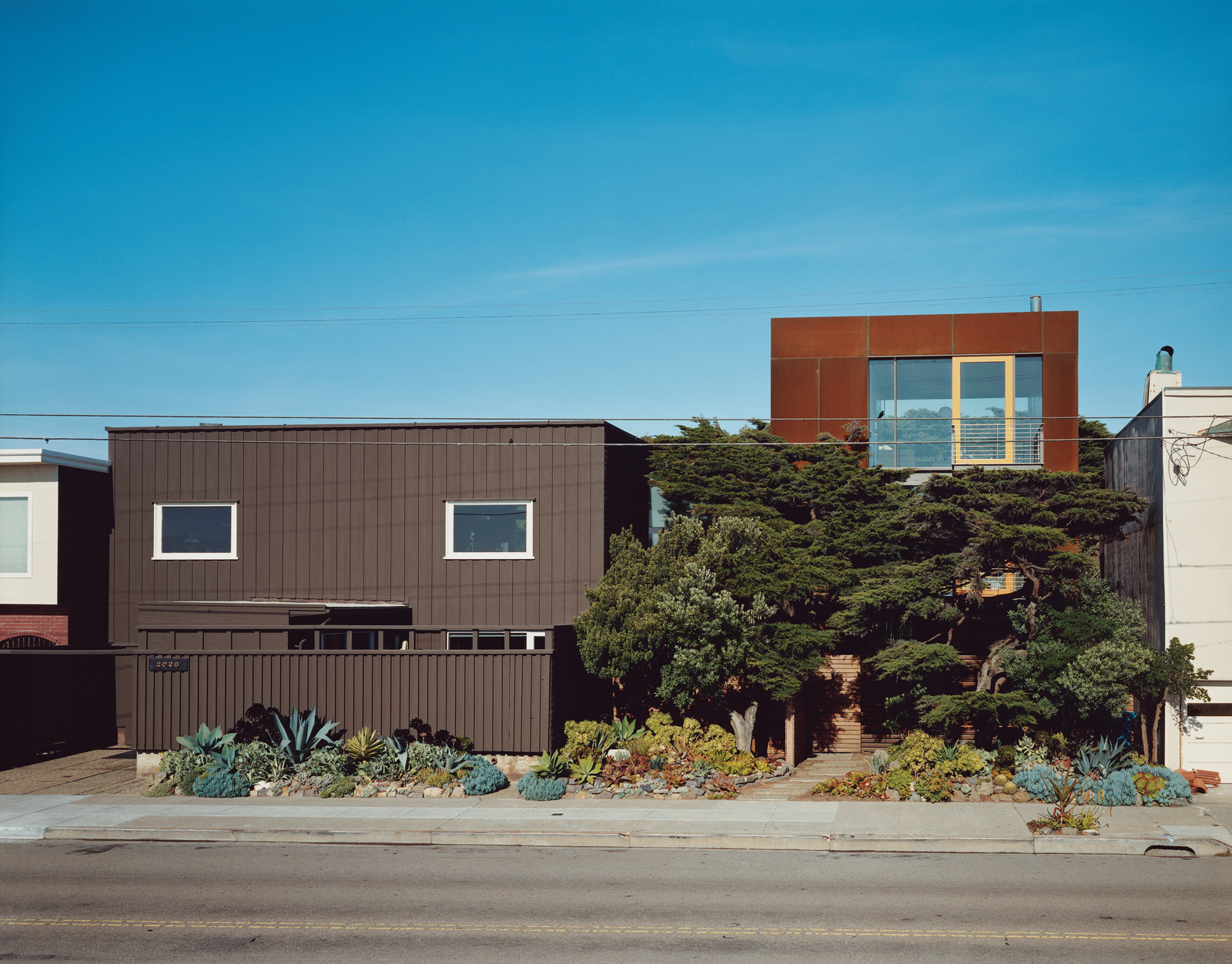 The original house (left) only gave two glimpses of the vast Pacific Ocean out of the west-facing windows—an unusual choice given the epic sweep and clear cachet of an uninterrupted ocean view. Aidlin Darling Design took a different tack with the new addi