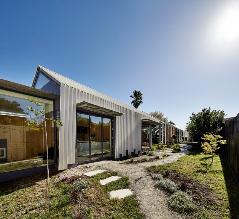 Cut Paw Paw house in Australia with indoor-outdoor balance