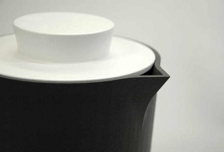 The color and shape of the lids is similar to another product the design team presented at the Salone Satellite, the Mono cup, which features a knob-like handle.
