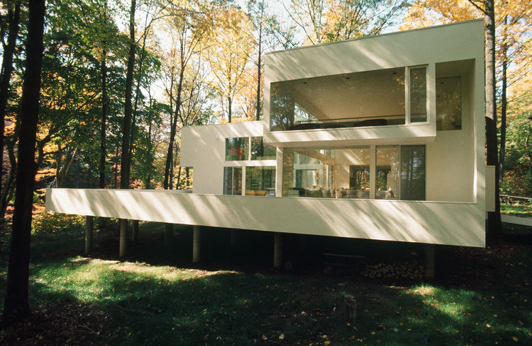 The Gund Summer Residence in Peninsula, OH, was built in 1965. It was done for Cleveland-born art collector Agnes Gund and her family. Her sole restriction on Hisaka: do not destroy a single tree. Photo courtesy of Thom Abel.