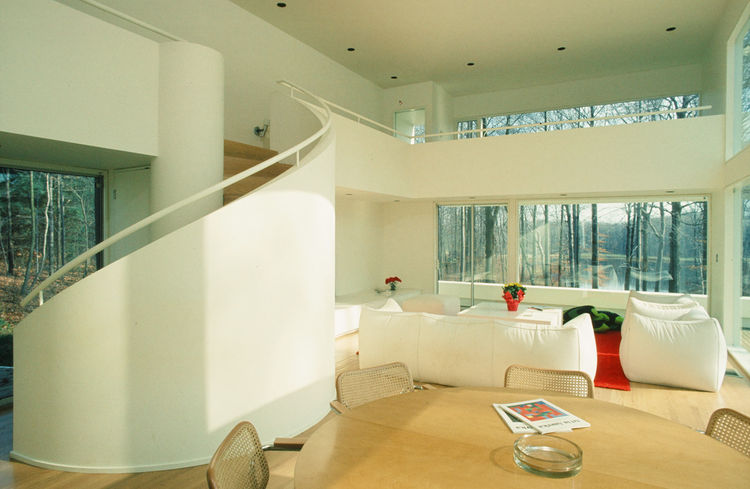 The living room of the Gund house is a large, open space whose biggest architectural move is a curving staircase. Otherwise the trees that Hisaka managed to preserve afford the home much of its privacy. Photo courtesy of Thom Abel.