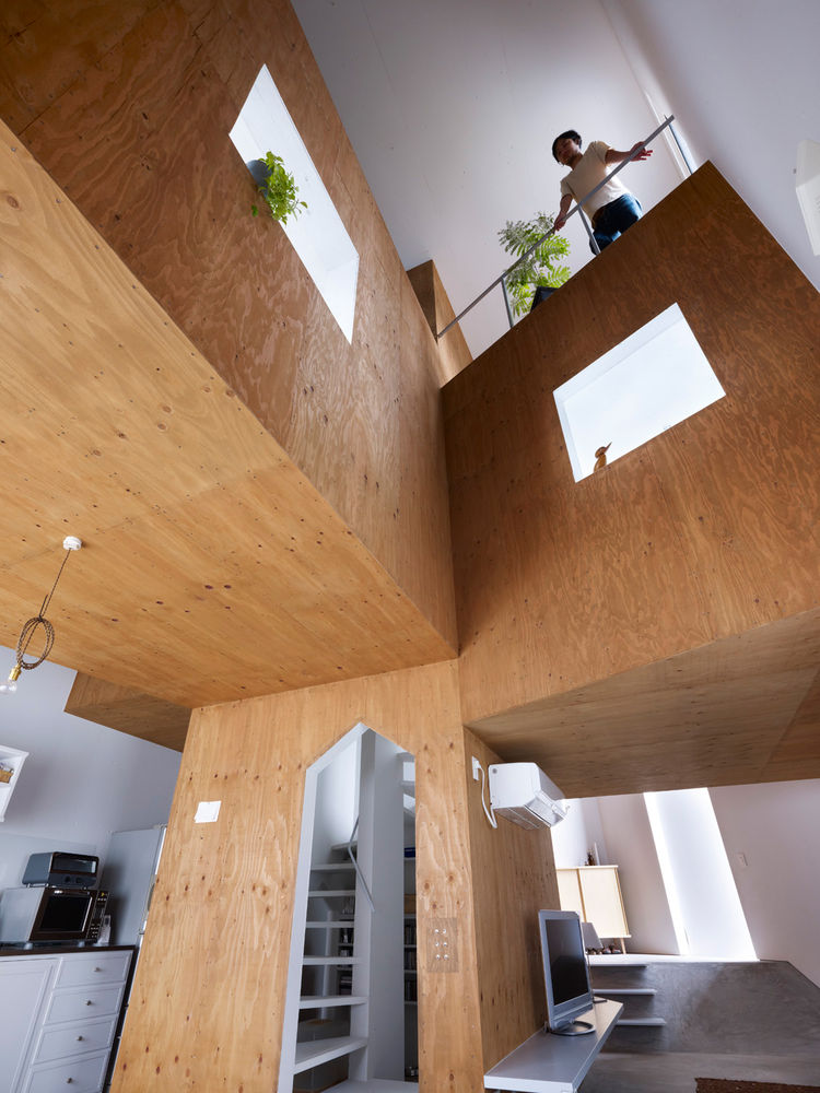 The central staircase, that climbs up to the ceiling, suggests the image of a tree trunk.