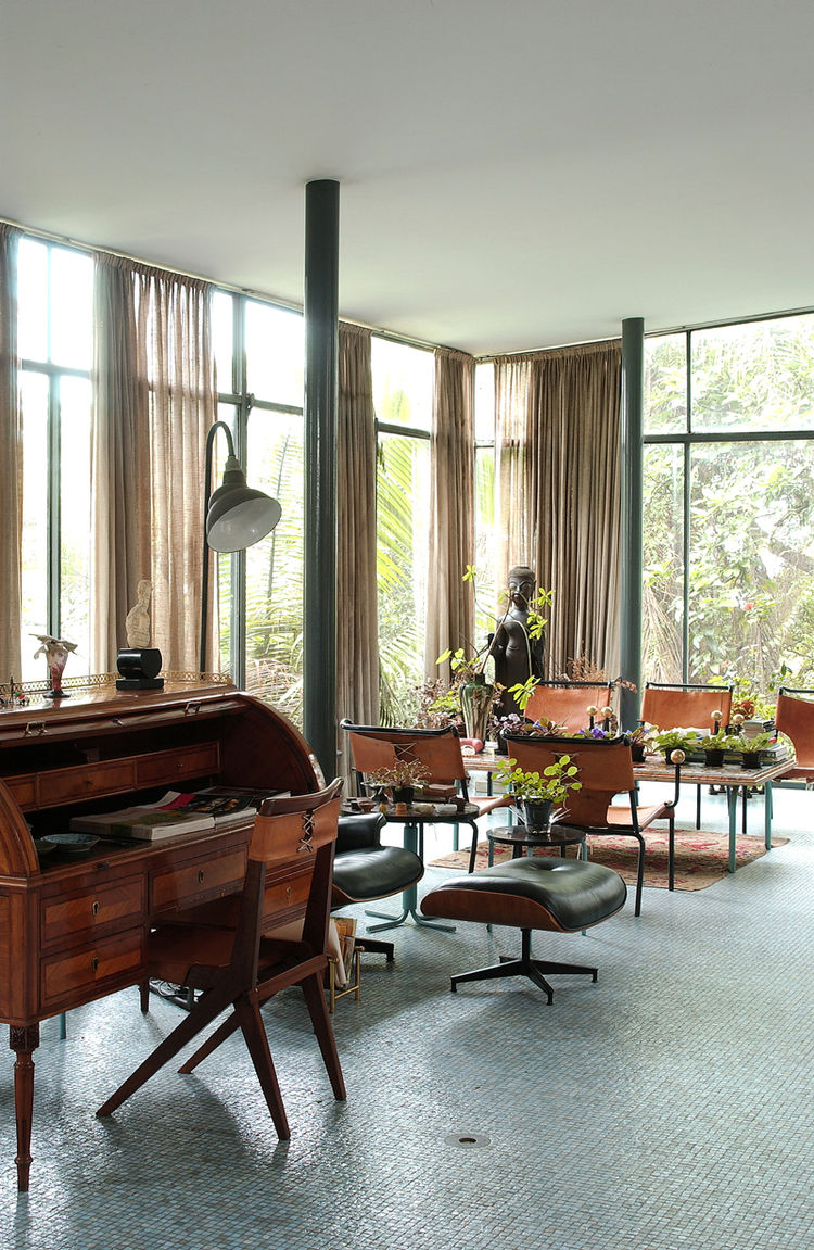 "The living area of the Glass House held many of Bo Bardi's furniture designs, including the desk chair and dining chairs. Both shared the similar elements of corsetlike back stitching, a motif still replicated today. Photo courtesy <a href=""http://espasso"