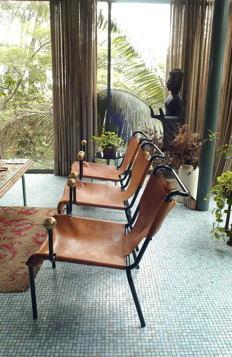 "The leather sling and ball motif of the dining chairs were repeated in other Bo Bardi designs. Photo courtesy <a href=""http://espasso.com/"">Espasso</a>."
