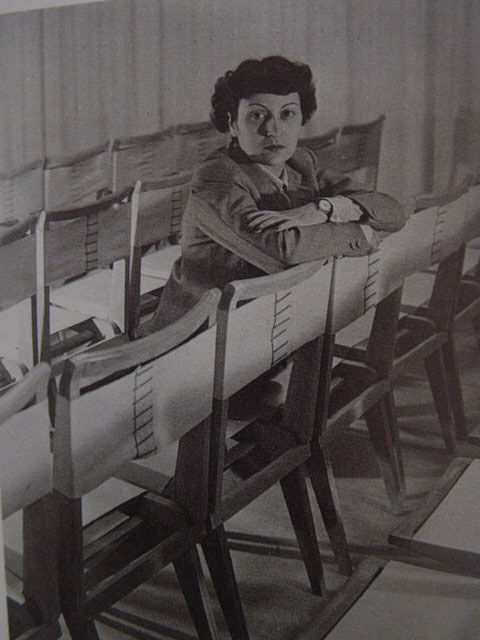 "The architect with her side chair designs, year unknown. Photo courtesy <a href=""http://espasso.com/"">Espasso</a>."