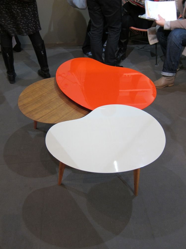 Sentou's booth displayed their modern, kidney-shaped table in new hues.