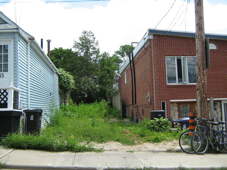 "The lot, which extends back 40 feet, formerly held a home that had become a meth lab and was razed, so the owner and architect were able to begin with a blank slate. Photo courtesy <a href=""http://www.linebox.ca/"">Linebox Studio</a>."