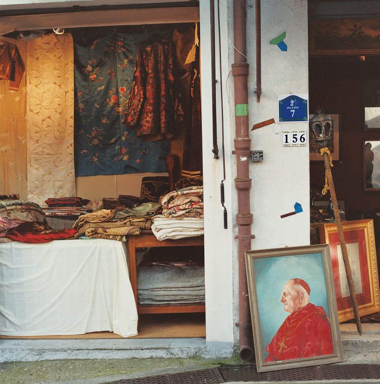 The most famous flea market, beyond Porte de Clignancourt on the north edge of the city, is a treasure trove for antique hunters, with specialist stands chock-full of items from every decade—from Art Deco on up.