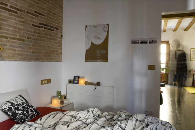 A toxin-free environment was especially important in the bedroom, so the couple incorporated organic cotton, latex pillows and paints made without volatile organic compounds (VOCs).