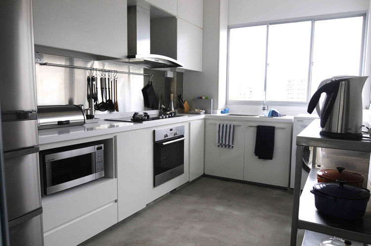 The Seahs love to cook, so wanted maximum counter space as well as plenty of storage. They had to sacrifice two drawers and two cabinets in order to accommodate a microwave and an oven. Virtually all of their appliances are energy-efficient models.