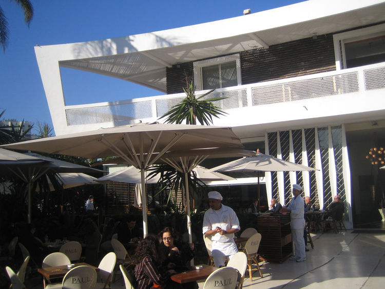 I noticed a bunch of expats and French in the crowd while I was sitting on the terrace. And all the architecture buffs I talked with in Casablanca told me that I must get to Chez Paul. It's address is Angle Boulevard d'Anfa at Boulevard Moulay Rachid.
