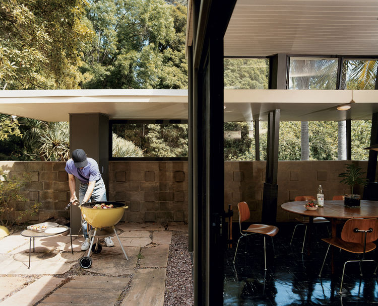 In his writing geared toward builders, A. Quincy Jones encouraged using large panes of glass and sliding doors to bridge the exterior and interior. Here, Nick Roberts puts the philosophy to good use for a weekend barbecue.