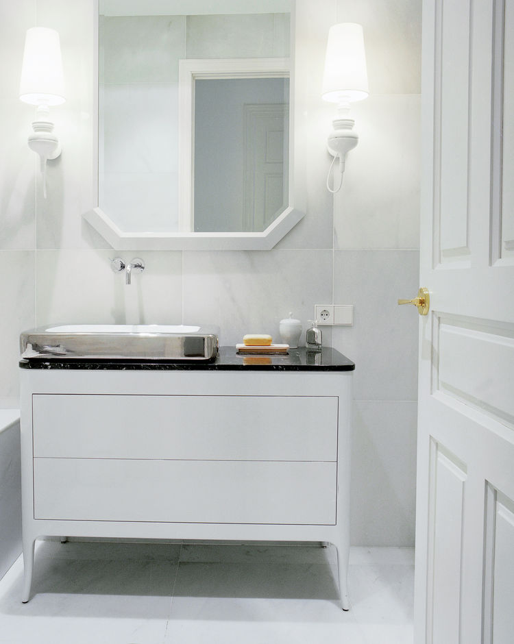 White bathroom with Macael marble