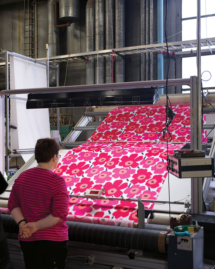 Marimekko inspector checking length of Pieni Unikko fabric