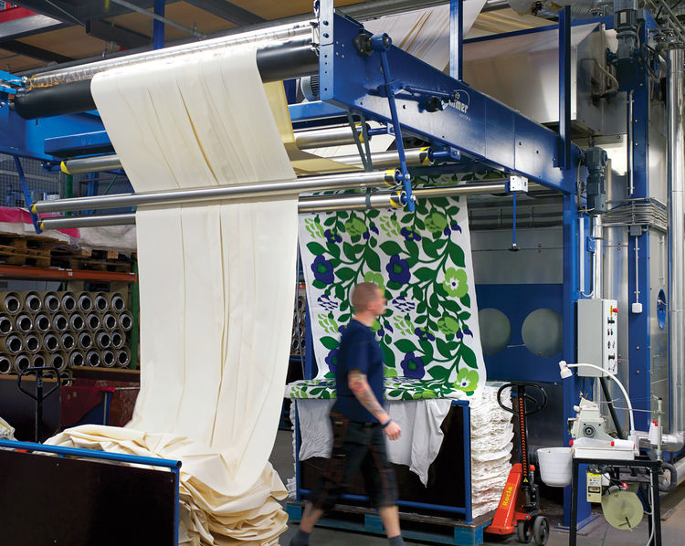 Katsuji Wakisaka's Green Green fabric fastening to cloth
