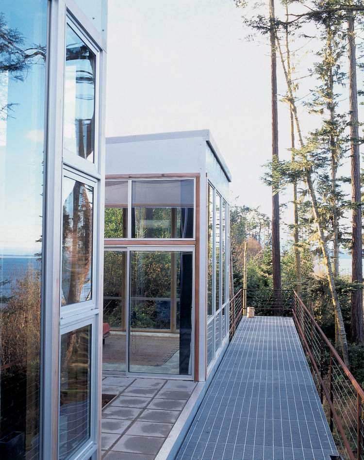 Architect Anthony Pellecchia and his wife, graphic designer Kathy Wesselman, gingerly approached their idyllic setting in Seattle, Washington, designing a structure that looks as if it grew up right alongside the surrounding trees. A galvanized grating br