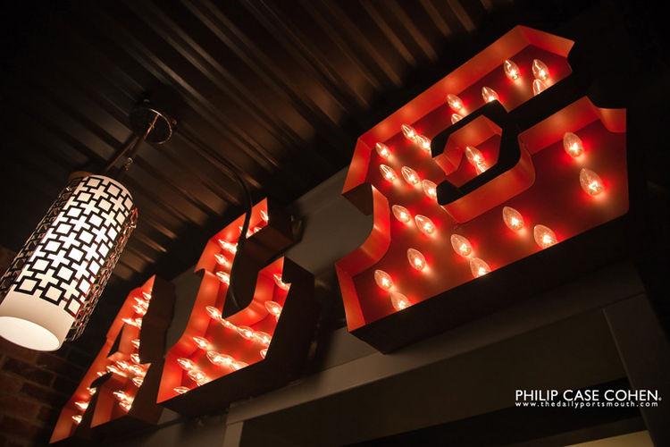 Ale House Inn neon lighting sign