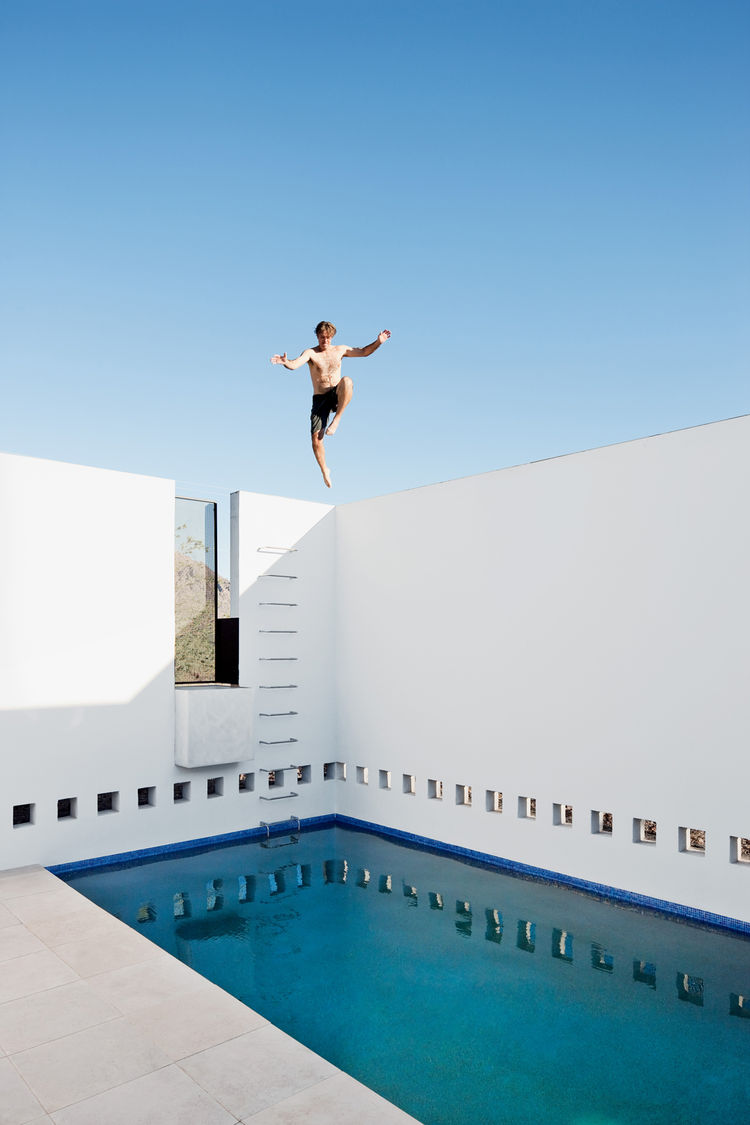 Thomas Hyland jumping into the pool of the Dialogue house.