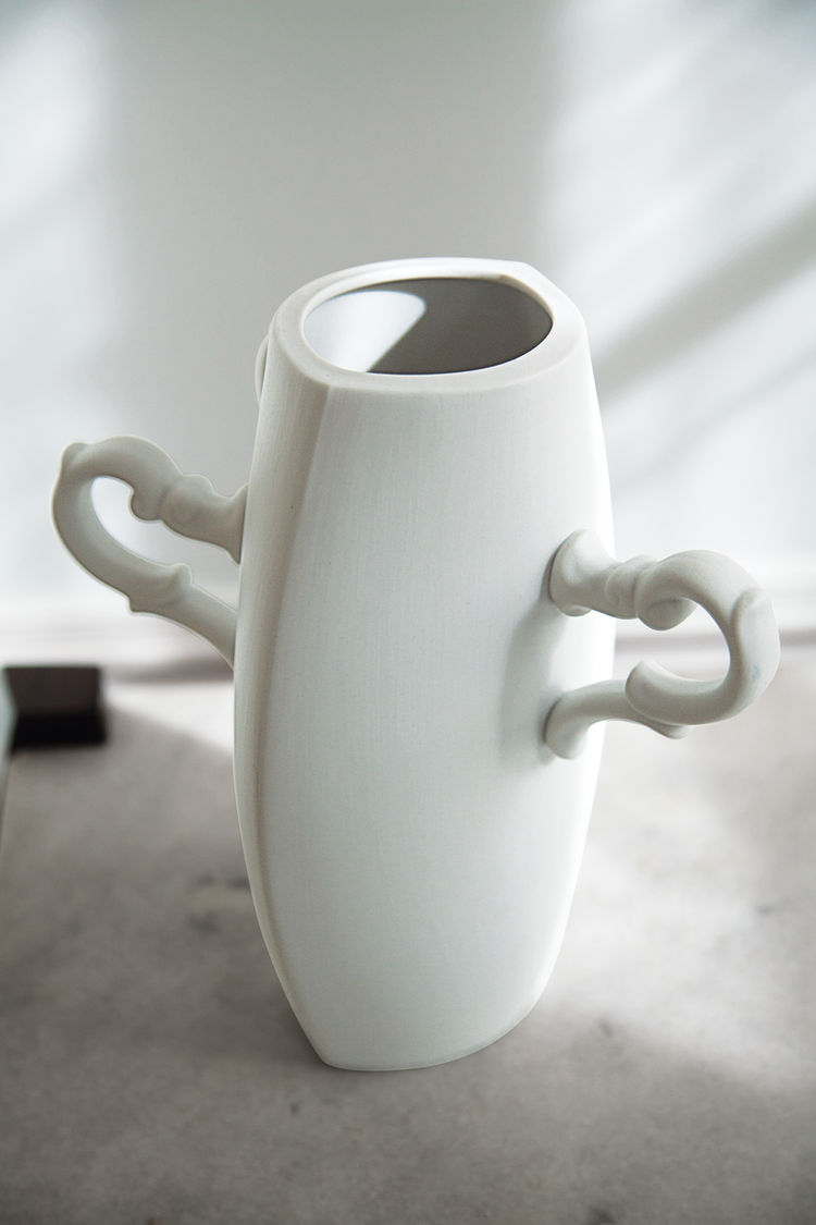 Ceramic vase by Estudio Manus