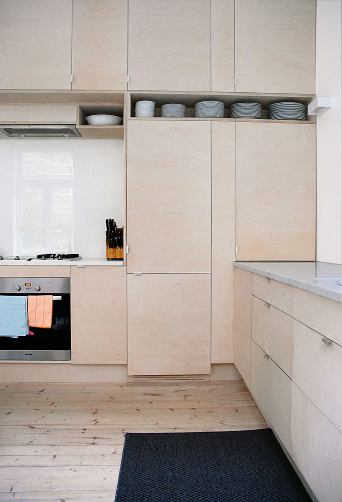 Oslo kitchen with translucent glass backsplash