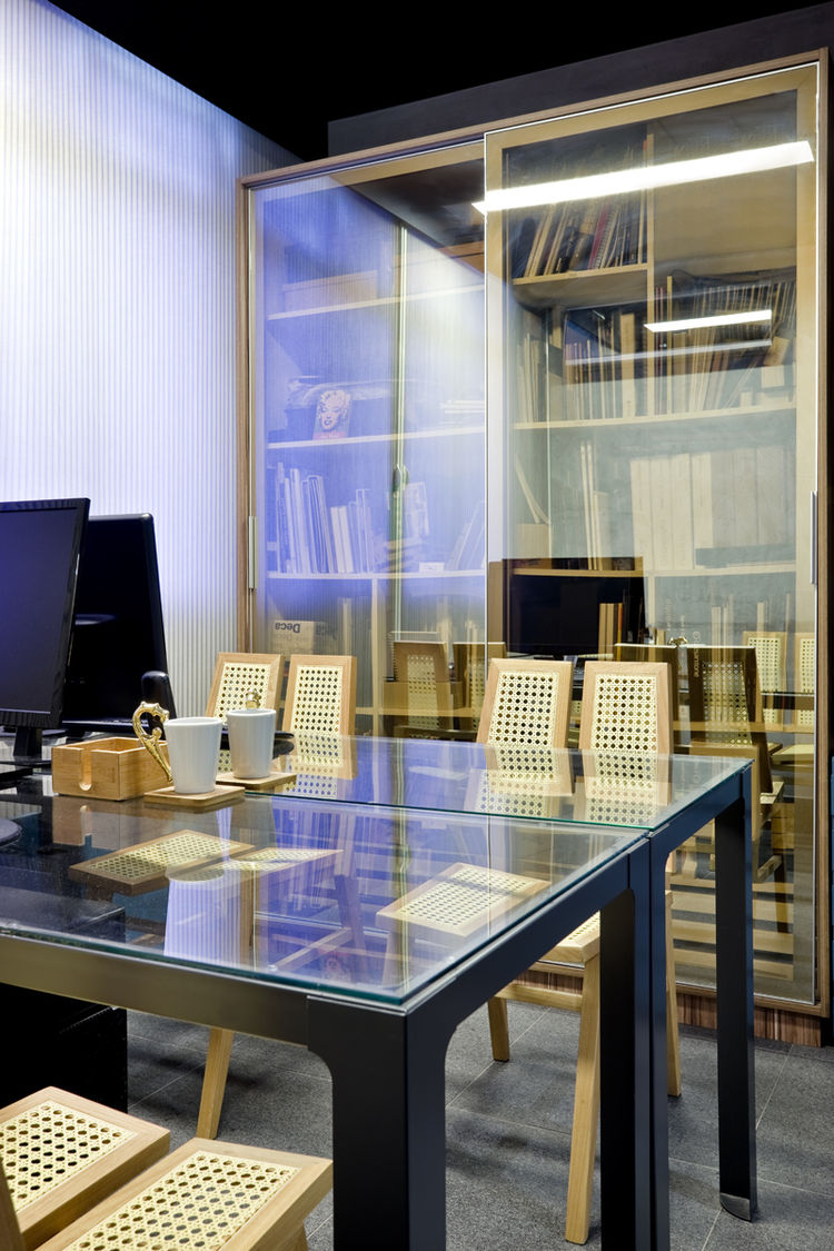 Brazilian office with rattan chairs