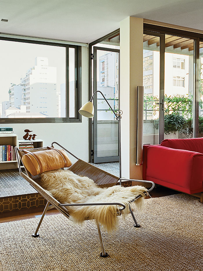 São Paulo apartment living room with Hans Wegner Flag Halyard chair