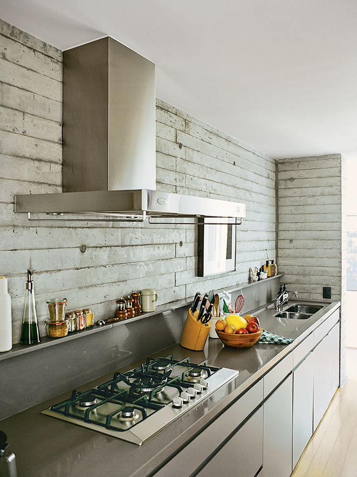 São Paulo apartment kitchen with Silestone countertops and paint-coated plywood cabinets
