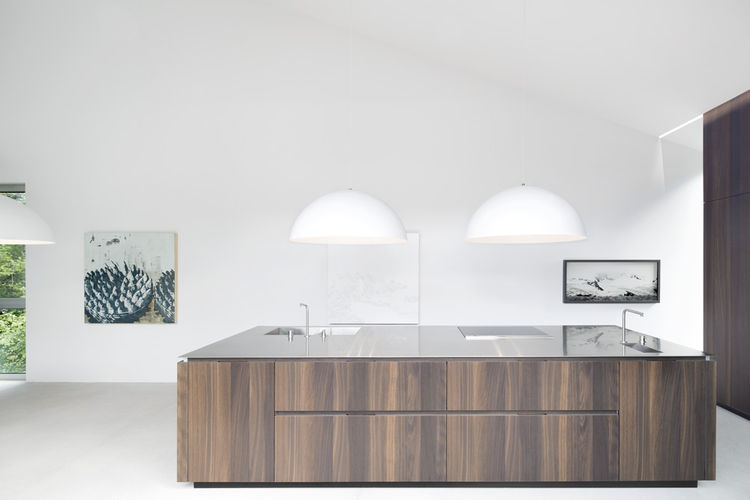 Modern kitchen with wood panelong by Cesar