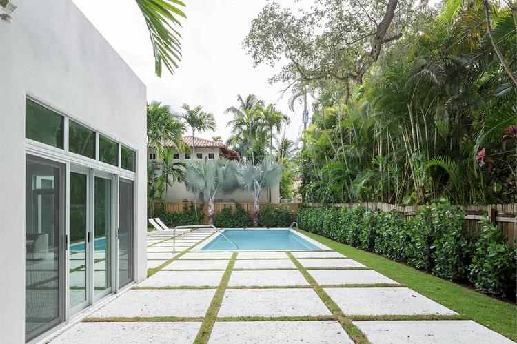 Mooring residence yard with white concrete blocks.