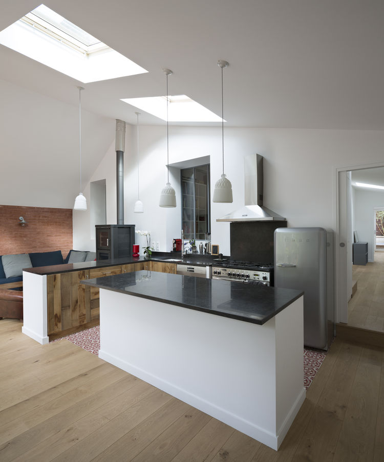 The kitchen features countertops from Pierre Bleue de Hainaut.