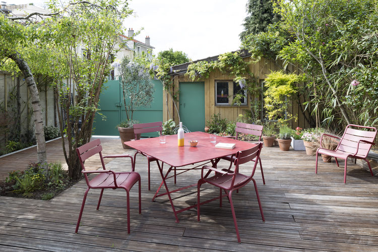 A dining set by Fermob, featuring Luxembourg chairs, makes al fresco meals easy to come by.