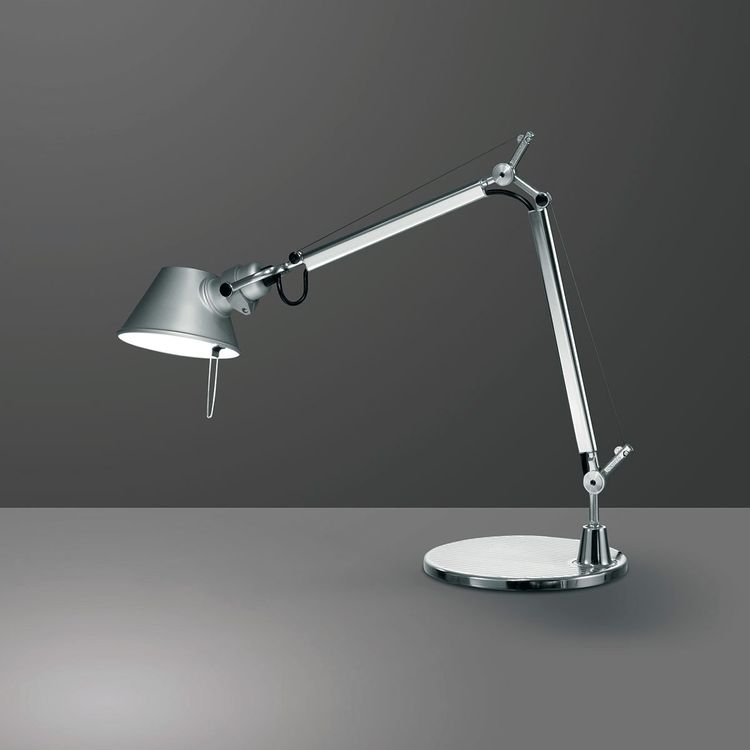Iconic adjustable task lamp with steel cables