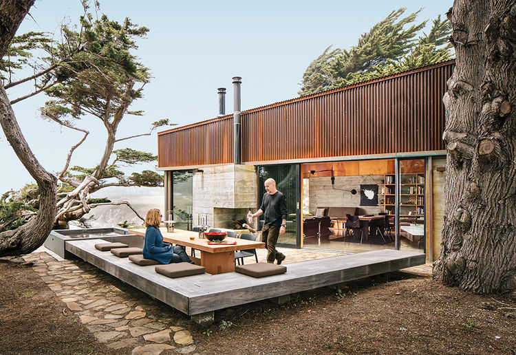 Modern house in Sea Ranch with a sequoia outdoor dining table