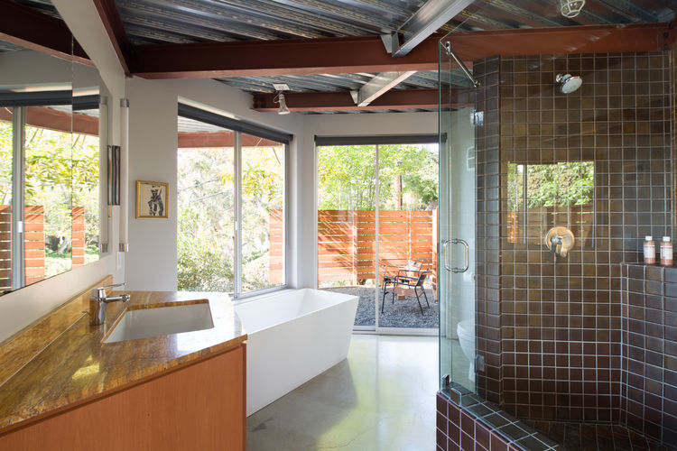 Bathroom with panes from Fleetwood Windows & Doors in prefab Los Angeles home by Marbletecture.