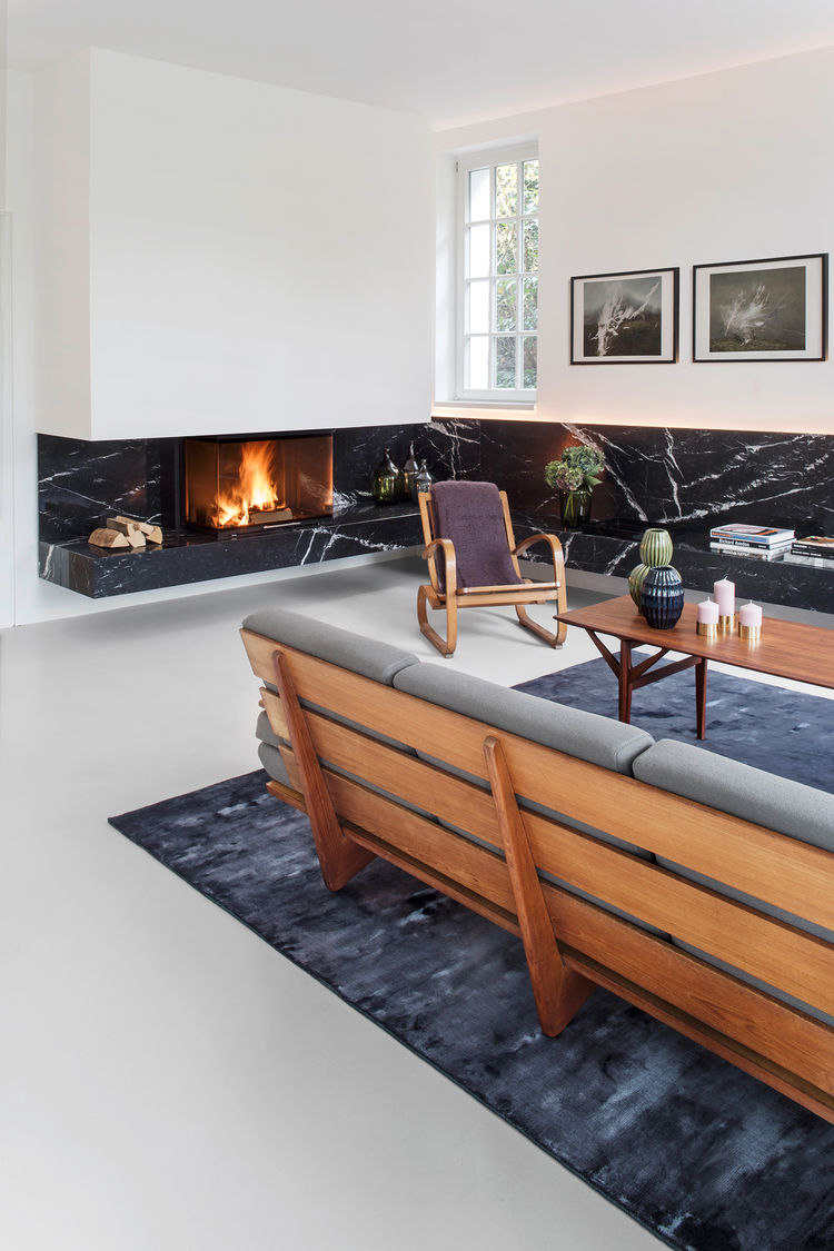 Berlin living room with a strip of black nero marquina marble