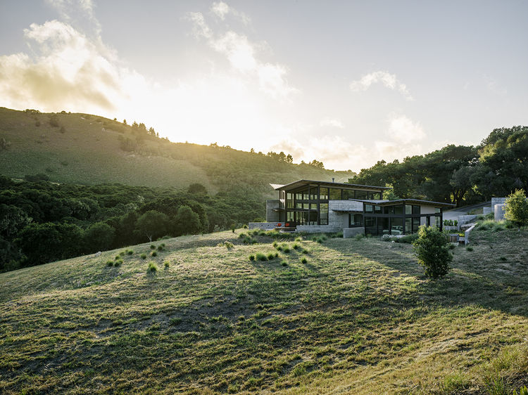 Modern eco-conscious pavilion in California by Feldman Architecture in green landscape