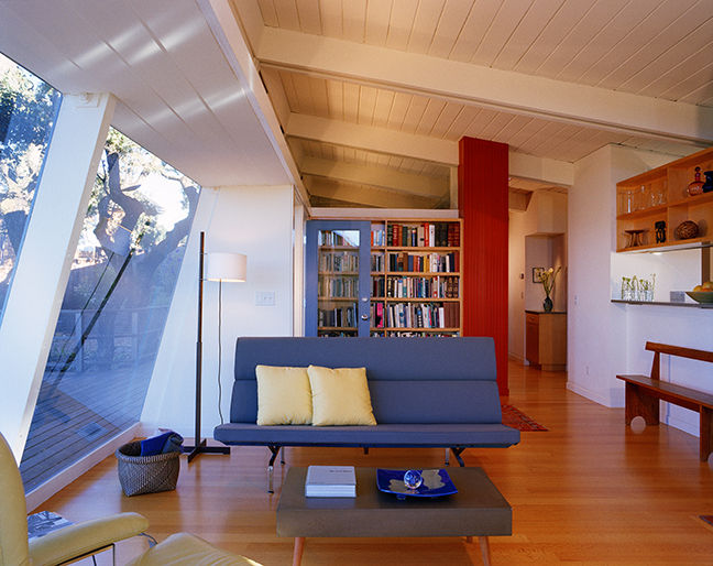 Living room with Eames Sofa Compact in Bay Area Midcentury Modern renovation by Buttrick Projects.