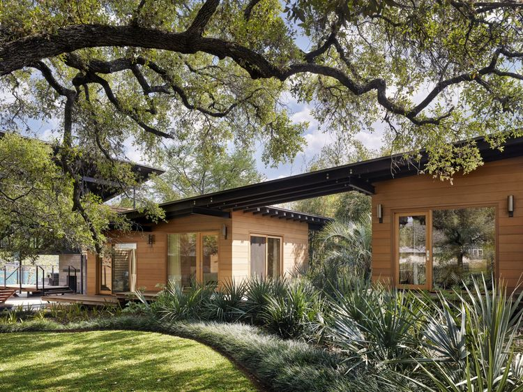 River breezes cool a Texas home