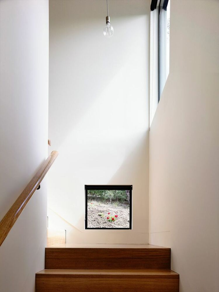 Surprising window on the staircase with a view of the garden