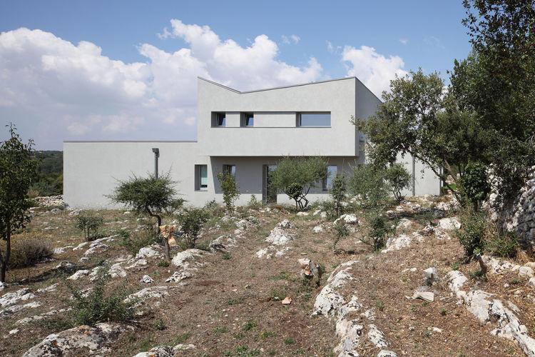 Reinterpretation of tradition Sicilian villa by Fabrizio Foti.
