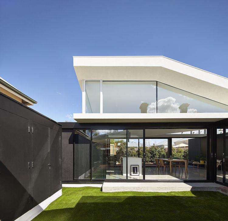 Courtyard and indoor-outdoor design of Australian home.