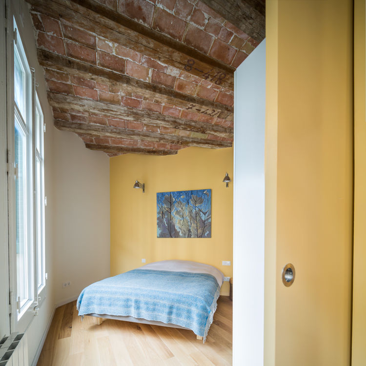 Bedroom with a historic ceiling in Barcelona
