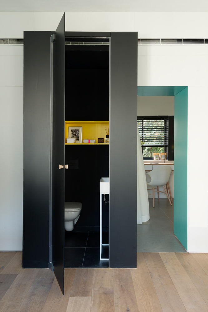 Tiny Tel Aviv Apartment Black Glass Cube bathroom