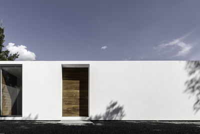 White facade for shadows of weekend home by Asociacion de Diseno in Mexico.