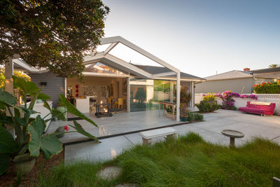 Rainscreen facade and patio of San Diego renovation by Architects Magnus.
