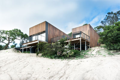 Timber-clad Australian beach home by OLA Studio