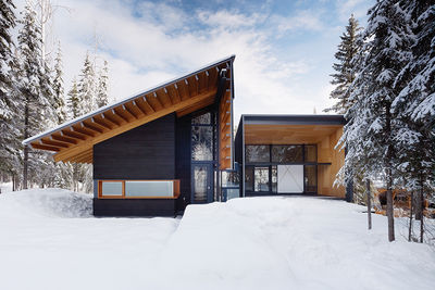 Modern ski weekend home with a Douglas Fir cedar facade