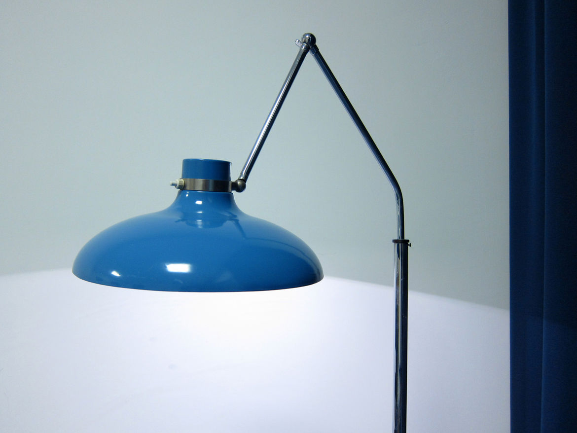 Even the reading light was worth writing home about—and of course fit the color palette.