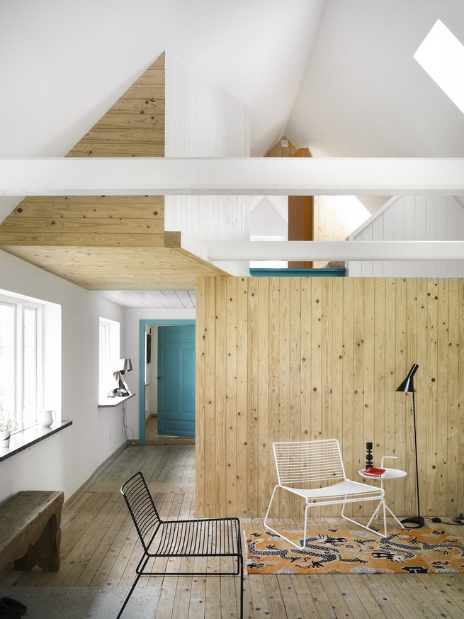 The most rigorous intervention was the internal opening-up of the house by removing two-thirds of the walls and ceilings. This creates one large living and kitchen space that extends to a lounge on the first floor. The protruding storage box (upper left)